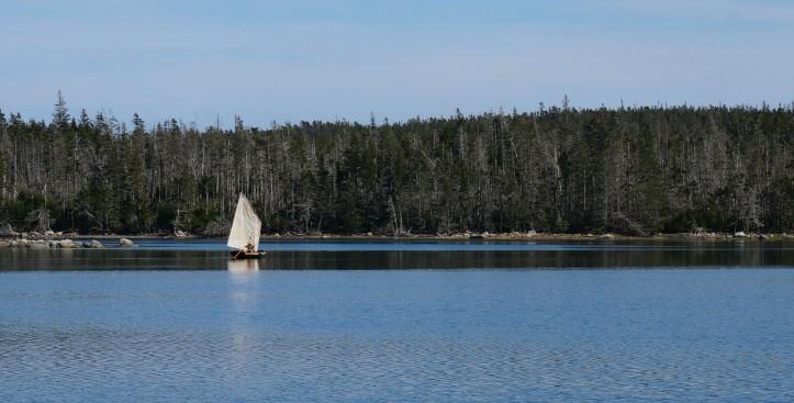 Un équipier explore les îlots avec l'annexe
